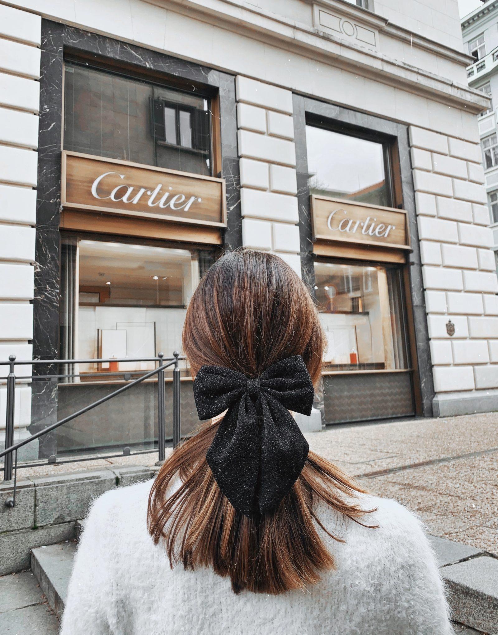 Момиче в гръб, вързана коса, панделка